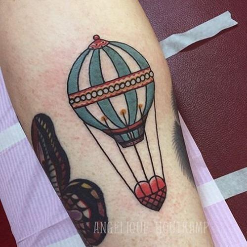 este_coraço_de_transporte_de_balo_de_ar_quente_tatuagem