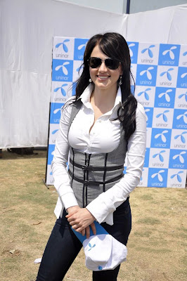 Yana Gupta Sizzles at Uninor Holi event