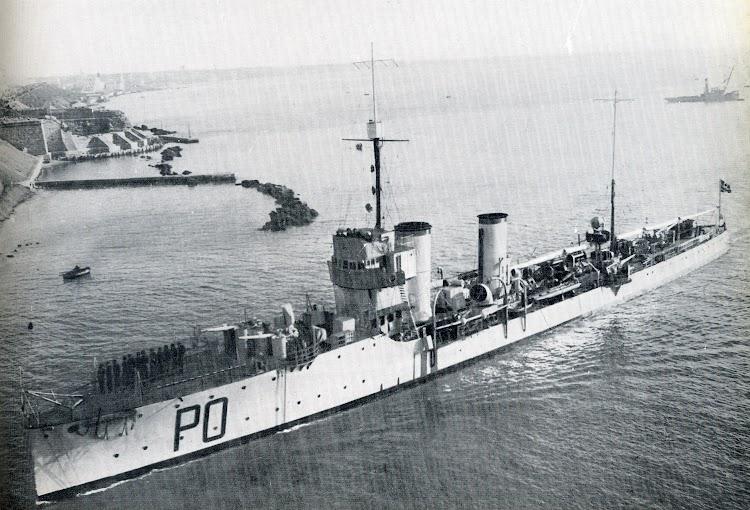 Ca. 1934. Taranto. El A. POERIO entra en el canal navegable. Del libro de referencia.jpg