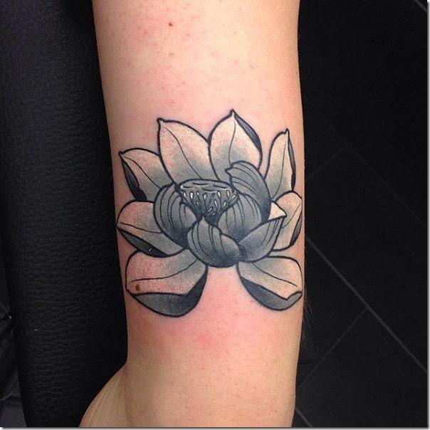 tatuaje_de_flor_de_loto_en_tonos_de_gris_en_el_brazo