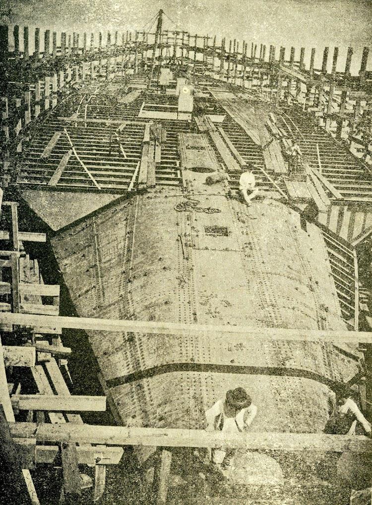 El PRINCESA DE ASTURIAS. Foto de popa a proa. De la revista LA NATURALEZA. Año 1893.jpg