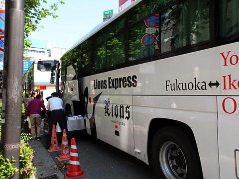 西鉄高速バス「ライオンズエクスプレス」 8529 東京池袋到着