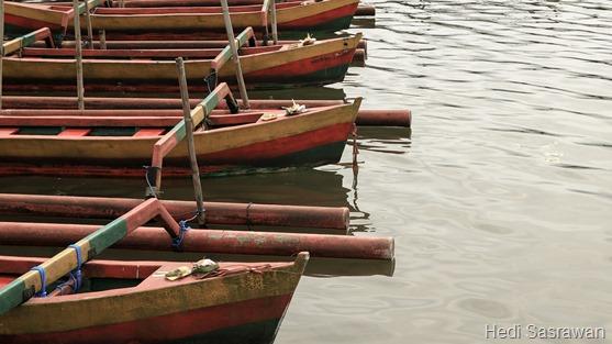 Perahu di pinggir danau