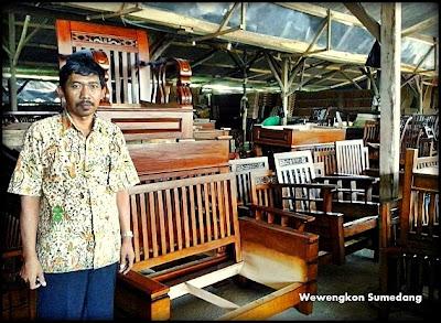 Kepala Desa Bongkok, Endut Muhtar  di Salah Satu Tempat Pengrajin Mebel di Desa Bongkok