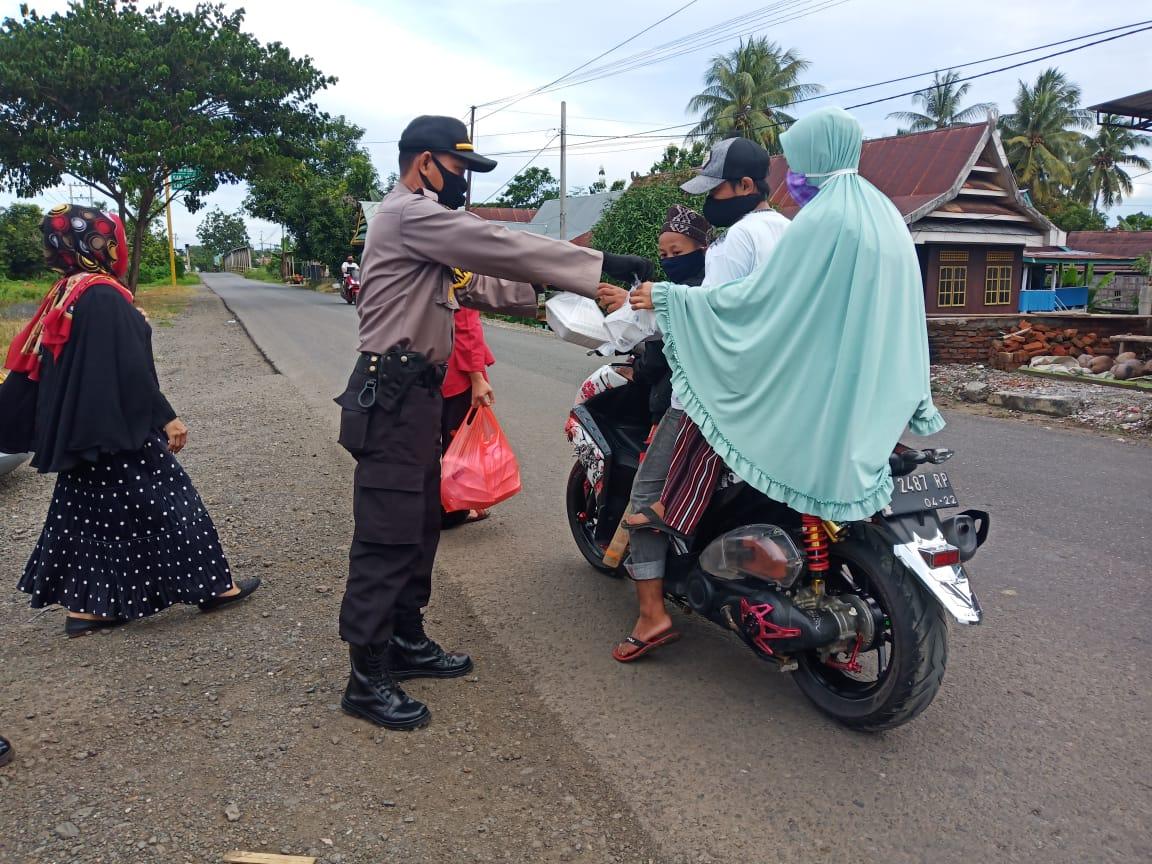 Personil Polsek Lilirilau Berbagi Takjil Jelang Hari Ke 27 Buka Puasa Ramadhan