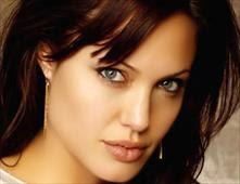 أنجلينا جولي تتبرع بـ100 ألف للاجئي سوريا