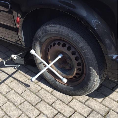Reifen mit Wagenheber und Radkreuz