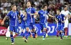 Az izlandi Ragnar Sigurdsson, Kari Arnason, Elmar Bjarnason és Johann Gudmundsson (b-j)  a franciaországi labdarúgó Európa-bajnokság Anglia - Izland mérkőzésén, Nizza, 2016 (MTI Fotó: Illyés Tibor)