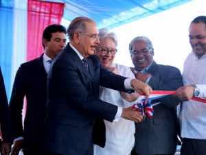 Medina entrega moderno hospital en Villa La Mata