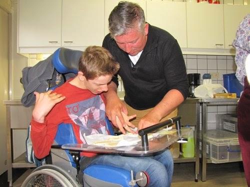Ante is samen met papa druk bezig pizzaatjes te prikken.