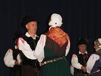 3 A szlovén Juliana Néptánccsoport tagjai a színpadon.jpg