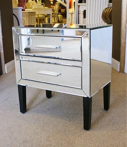 Ecleectica interiorismo muebles revestidos en espejo for Como reciclar una mesa de tv vieja