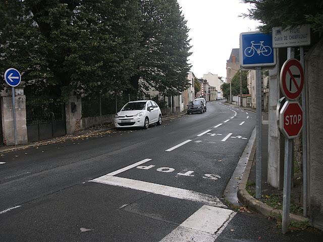 Début d'une bande cyclable que les cyclistes ne peuvent pas emprunter à cause des panneaux empêchant une telle manœuvre