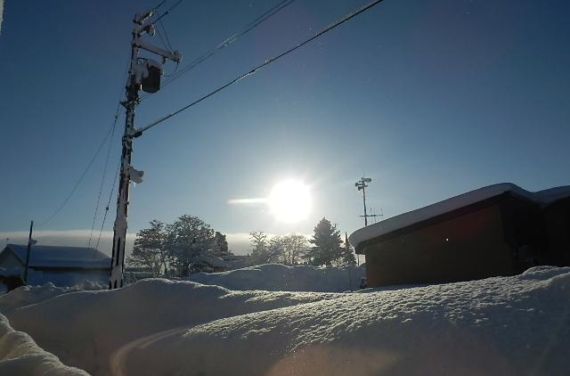 積み上がった雪に降り注ぐ陽光