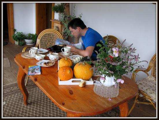 kawa, ciasto i mapy u świętego antoniego