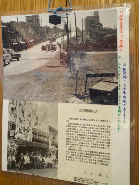 壁にはられた白黒写真付きの三河屋の歴史