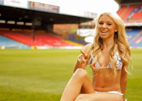 "Cheerleaders do Crystal Palace chamam os adeptos em bikini ao som de ""Call me Maybe"""
