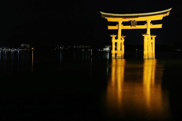 Le torii flottant de Miyajima de nuit