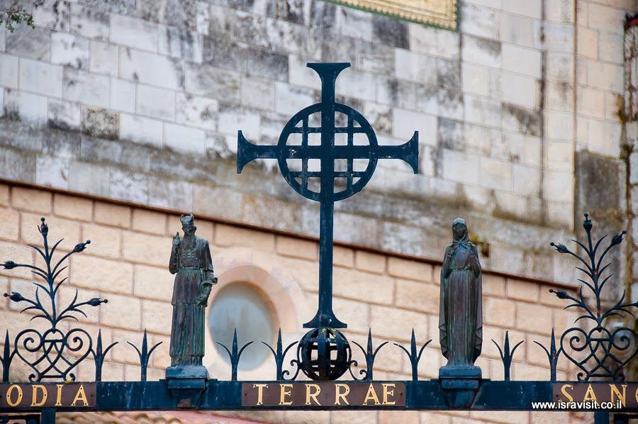 Церковь Посещения в Иерусалиме, Захарий и Елисавета - фигуры над воротами.