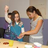 Kinderen van de kinderkerkclub maken een rozenkrans - DSCF5713.JPG