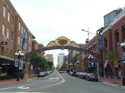 Rolige gater under et skilt hvor det står Gaslamp Quarter.