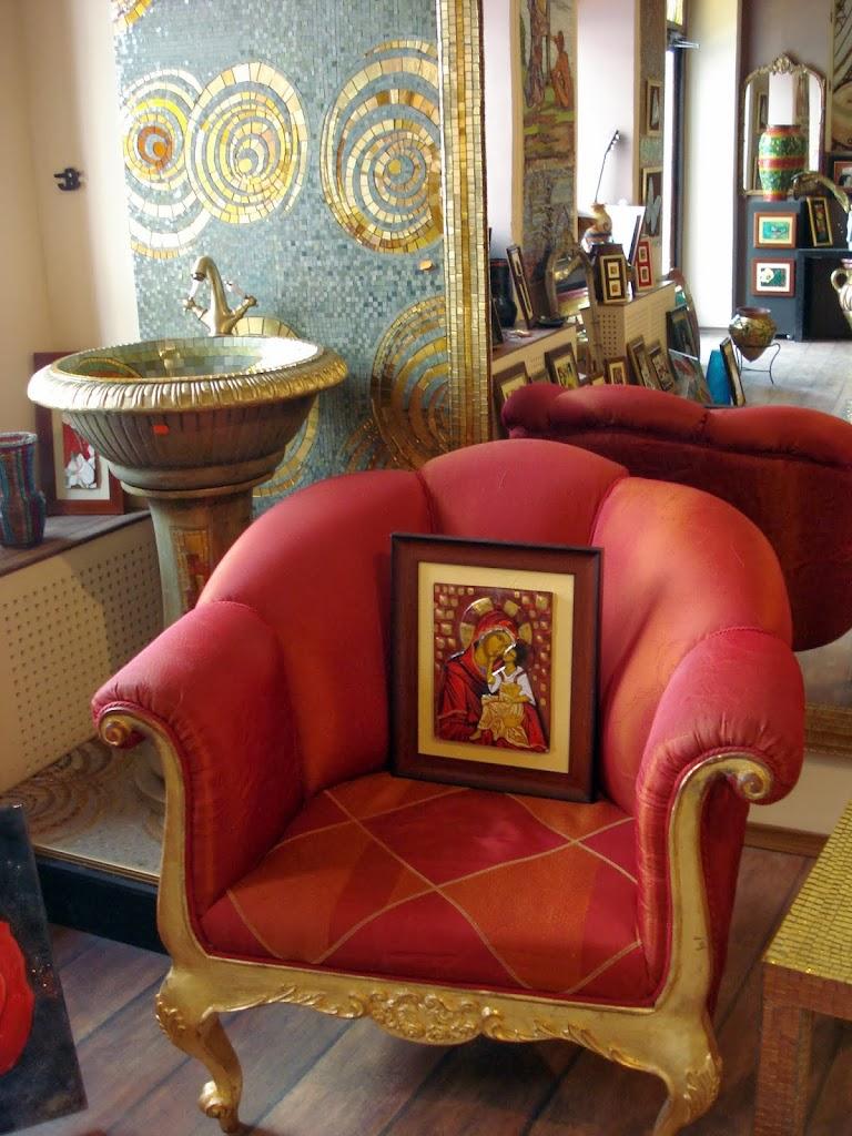 Icoana Maicii Domnului primeste respect si intr-un magazin obisnuit de arta