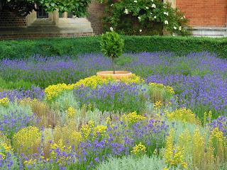 В садах дворца Хэмптон Корт