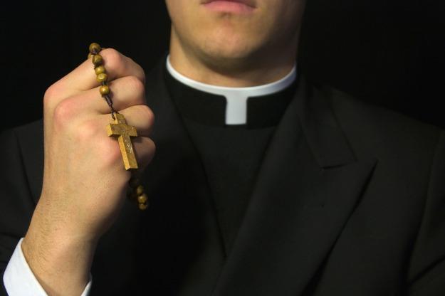 svećenika napao zloduh