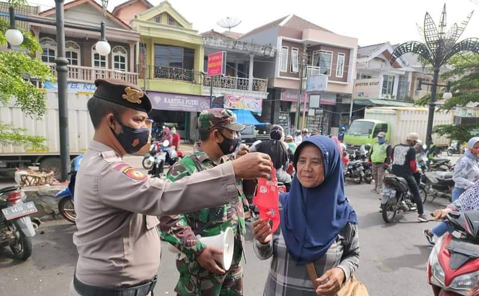 Polsek Cikijing Polres Majalengka Polda Jabar Bersama Muspika Lakukan Sosialisasikan PPKM