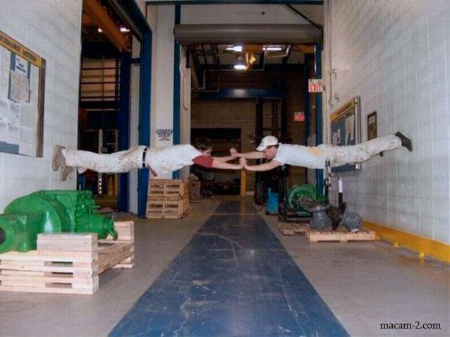 Panjat dinding secara saling tolak antara satu sama lain.