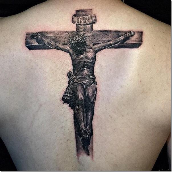 tatuaje_de_jesucristo_en_la_cruz_en_tonos_de_gris