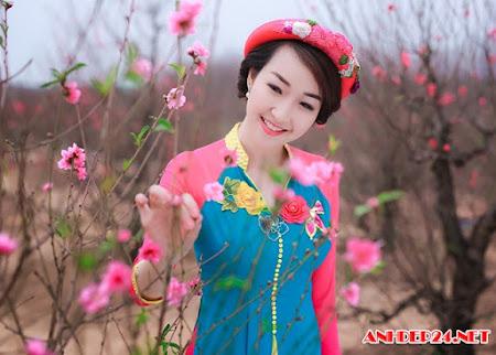 Độc đáo trang phục áo dài kết hợp áo tứ thân của cô gái Hà Nội