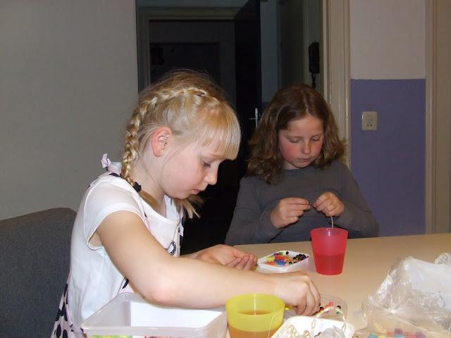 Kinderen van de kinderkerkclub maken een rozenkrans - DSCF5711.JPG