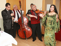 Rigó Mónika a zenekarral.JPG