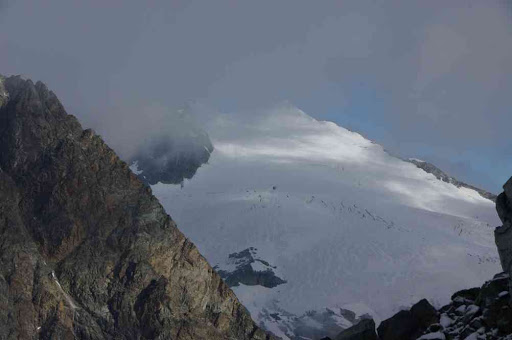 La pente neigeuse du pigne d'Arolla vue depuis le col de l'Évêque