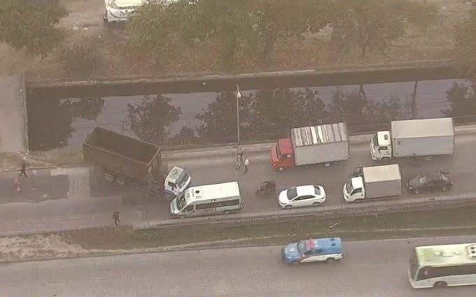 Caminhão enguiçado na contramão prejudica trânsito na Avenida Brasil: saiba mais