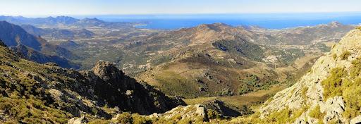 ...on longe sur la droite en direction du col bien visible qui lie le massif de Caselle à la crête Ouest qui sépare Zilia de Muro (environs de Scarpellini)