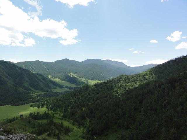 Montagnes de l'Altaï depuis le Tchike Taman pereval (alt. 1200 m). 8 juillet 2010. Photo : B. Lalanne-Cassou