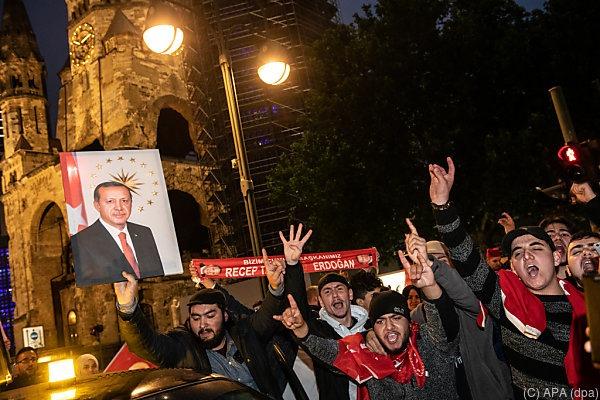 [Erdogananh%C3%A4nger+in+Berlin+vor+Ged%C3%A4chtniskirche%5B2%5D]