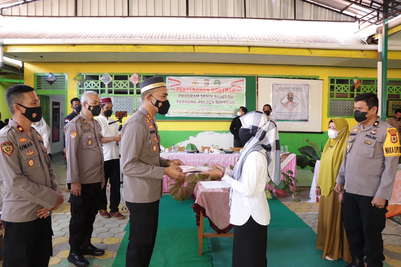 Kapolres Soppeng Silaturahmi di MTS DDI  DDI Pattojo Pondok Pesantren Al - Irsyad