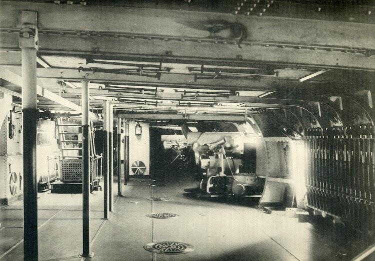 Vestigio de los tiempos de los navíos. Foto del puente blindado de la batería secundaria de cañones de 6 pulgadas. El Mundo Naval Ilustrado. Año 1898.JPG