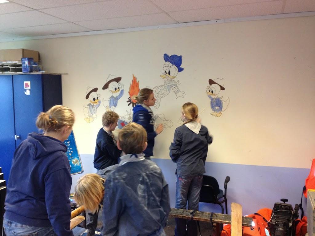 Bij de Scouting mag je op de muur tekenen !