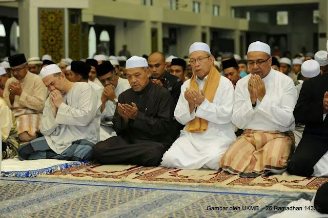 12 Keping Gambar Tuanku Sultan Kelantan Program Solat Terawih