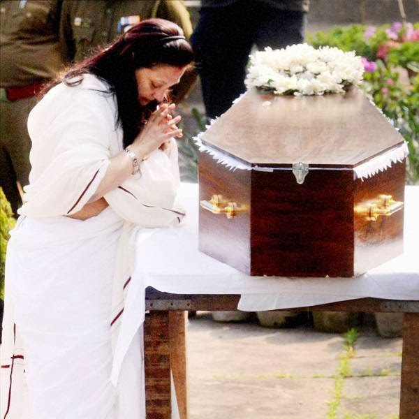 Moon Moon Sen pays her last respect to her mother Suchitra Sen before the actress was laid to rest, in Kolkata. <br />