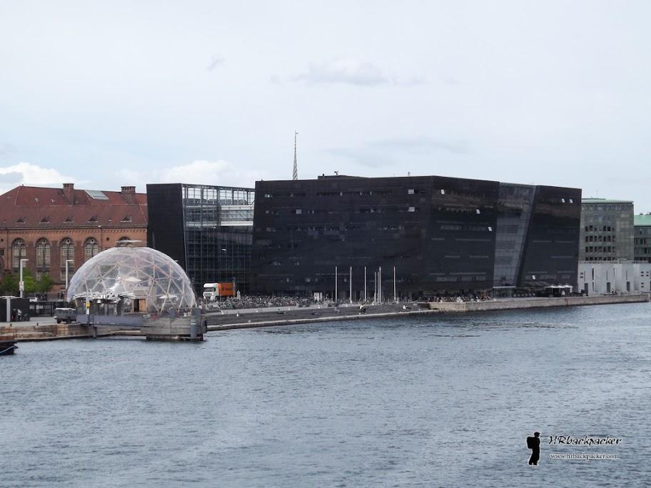 Gradska knjižnica nalazi se nešto dalje od samog centra. Izgrađena je u modernističkom stilu te je dobila nadimak Crni dijamant.