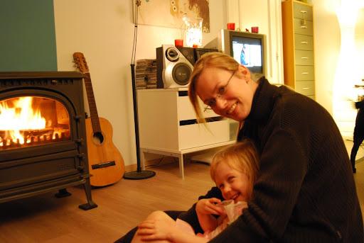 Lekker met mama aan het vuur