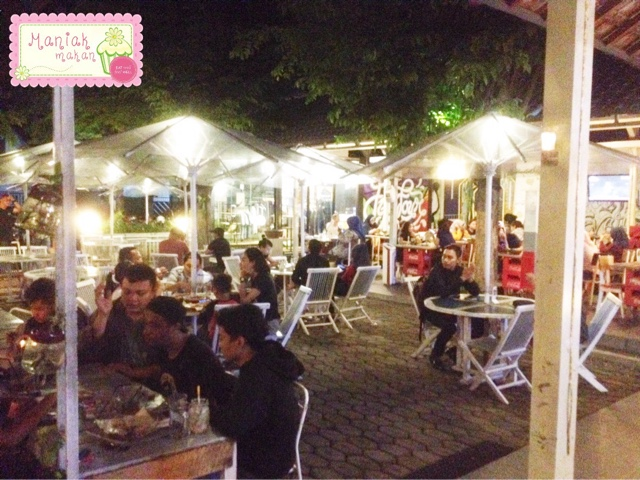 maniak-makan-playground-cafe-badran-solo-nongkrong-hits-outdoor-area