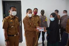 Kepedulian Pemerintah,Bupati Sidrap Serahkan Kartu Program Sembako dan PKH Warga di Kecamatan Tellu Limpoe