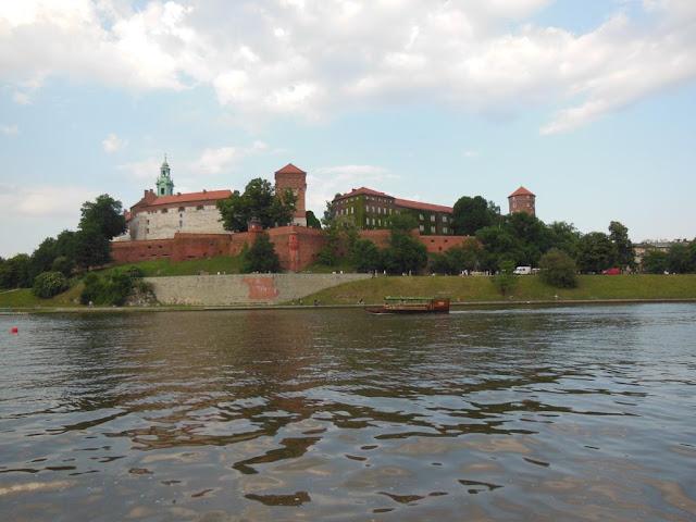 Castillo Wawel desde la orilla del río Wisla