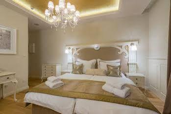 Piazza Luxury Suites